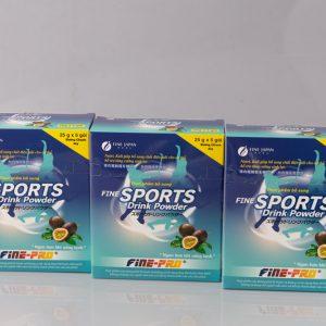 Fine Sport Drink Powder giúp phục hồi nhanh sức khỏe, tăng sức bền khi tập luyện thể dục thể thao với 5 tác dụng trong 1: Bù nước và chất điện giải cho các trường hợp tiêu chảy, mất nước Ngăn ngừa tối đa việc mất thêm các chất điện giải như: Na , K , Cl khi bị sốt và tiêu chảy Bảo vệ niêm mạc ruột non, không làm thay đổi độ pH cũng như tình trạng trong ruột non Cung cấp năng lượng, chống lại suy kiệt của cơ thể do mất nước và các chất điện giải gây nên. Hấp thu nhanh giúp cơ thể phục hồi nhanh.
